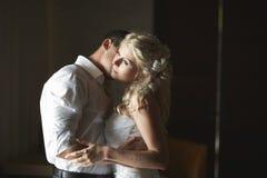 Belle giovani coppie che baciano con l'abbraccio emozionale Fotografia Stock