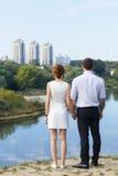 Belle giovani coppie che guardano al futuro Fotografia Stock Libera da Diritti