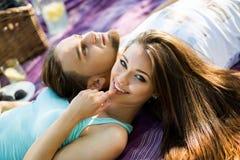 Belle giovani coppie che hanno picnic in campagna Famiglia felice fotografia stock