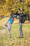 Belle giovani coppie che si raffreddano dopo avere corso nel parco Fotografie Stock