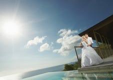 Belle giovani coppie che stanno vicino allo stagno prima delle nozze Immagini Stock Libere da Diritti
