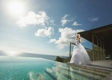 Belle giovani coppie che stanno vicino allo stagno prima delle nozze Fotografia Stock Libera da Diritti