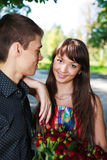 Belle giovani coppie del ritratto con un mazzo delle rose rosse Fotografia Stock Libera da Diritti