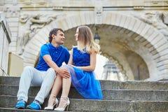 Belle giovani coppie di datazione a Parigi Immagini Stock