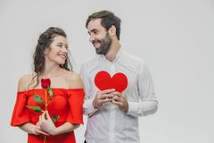 Belle giovani coppie Godere gradisce passare insieme il tempo nella celebrazione del San Valentino della st Durante questo tempo fotografia stock