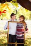 Belle giovani coppie incinte che hanno picnic nel parco di autunno Ha Fotografie Stock Libere da Diritti