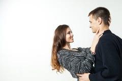 Belle giovani coppie isolate su fondo bianco Fotografia Stock