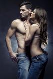 Belle giovani coppie nell'abbraccio di amore dell'interno Immagine Stock