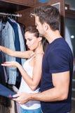 Belle giovani coppie nello spogliatoio Fotografia Stock