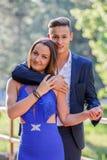 Belle giovani coppie in parco immagini stock