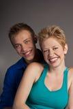 Belle giovani coppie sorridenti felici. isolato Immagine Stock