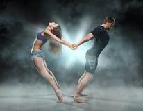 Belle giovani coppie sportive un uomo e una donna Immagini Stock