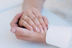 Belle giovani coppie sul loro giorno delle nozze Fotografia Stock