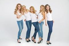 Belle giovani donne che posano insieme Fotografia Stock