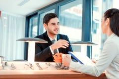 Belle giovani persone di affari che hanno un pranzo Fotografia Stock
