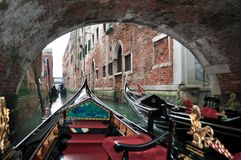 Belle gondole sotto il ponte Immagine Stock