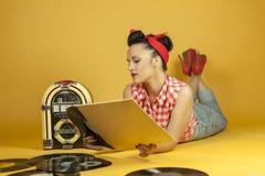 Belle goupille de portrait écoutant la musique sur un vieux juke-box r Images stock