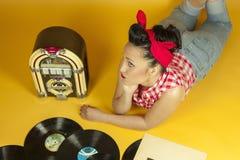 Belle goupille de portrait écoutant la musique sur un vieux juke-box r Photo libre de droits