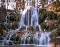 Belle grande cascade avec la neige images stock
