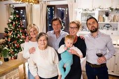 Belle grande famille célébrant Christmat ensemble Images libres de droits