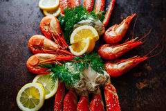 Belle griffe de crabe avec la crevette sur un fond de citron et de elle photographie stock