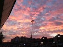 Belle hausse du soleil de matin de ciel photos stock