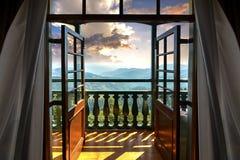 Belle heure d'or et gammes de l'Himalaya vues de la chambre d'hôtel photographie stock libre de droits