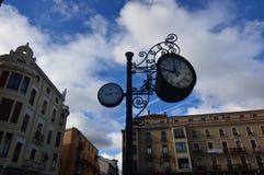 Belle horloge et thermomètre analogue avec de beaux bâtiments derrière la place de cathédrale à Léon Architecture, voyage, histoi image libre de droits