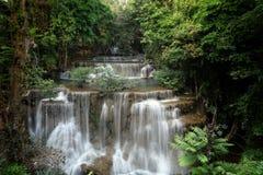 Belle Huai Mae Khamin Waterfall chez Kanchanaburi thailand La forêt tropicale photographie stock libre de droits