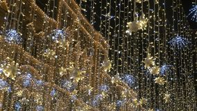 Belle illumination de rue La ville est décorée pour les vacances Appareil-photo de mouvement lent banque de vidéos