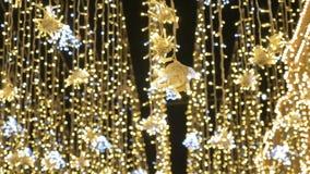Belle illumination du ` s de nouvelle année Fermez-vous vers le haut des lumières Fond de chute de neige pour votre vidéo clips vidéos