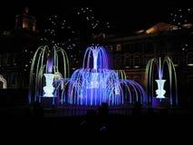 belle illumination la nuit dans la ville photos stock