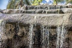 Belle image d'une cascade dans une piscine dans un paradis tropical image stock