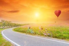 Belle image de paysage avec des bicyclettes au coucher du soleil photos stock