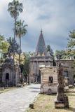 Belle image de trottoir menant à la chapelle égyptienne en cimetière de Belen photo libre de droits