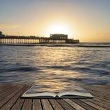 Belle image vibrante de paysage de lever de soleil de pilier de Worthing dans le Sussex occidental pendant l'hiver en pages de li photo libre de droits