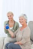 Belle infirmière aidant son patient Photo libre de droits