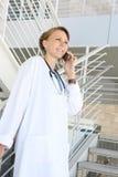 Belle infirmière de femme à l'hôpital sur des escaliers images stock