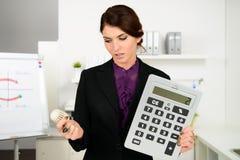 Belle inquiétude de femme d'affaires au sujet des coûts de chauffage Photographie stock libre de droits