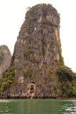Belle isole nella baia di Halong Fotografia Stock