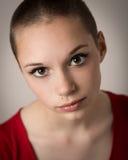 Belle jeune adolescente avec la tête rasée image stock