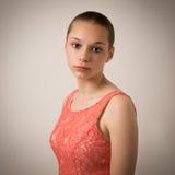 Belle jeune adolescente avec la tête rasée photographie stock libre de droits