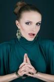 Belle jeune blonde avec les accessoires d'or Image stock