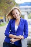 Belle jeune blonde dans une veste bleue Images libres de droits