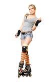 Belle jeune blonde sur des patins de rouleau Image stock