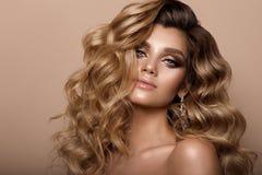Belle jeune brune avec le maquillage Photographie stock libre de droits