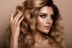 Belle jeune brune avec le maquillage Photographie stock