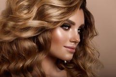 Belle jeune brune avec le maquillage Photo stock