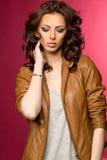 Belle jeune brune dans la veste en cuir Images stock