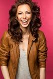 Belle jeune brune dans la veste en cuir Photo libre de droits